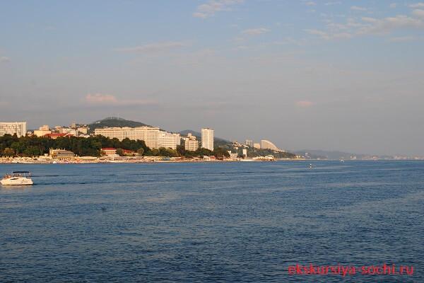 Вид с моря на гору