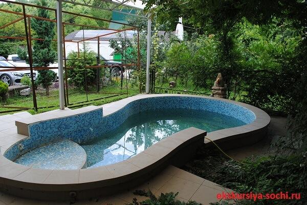 Красивый бассейн в женском монастыре