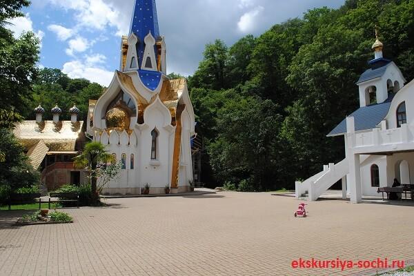 Вид сбоку храма Уара